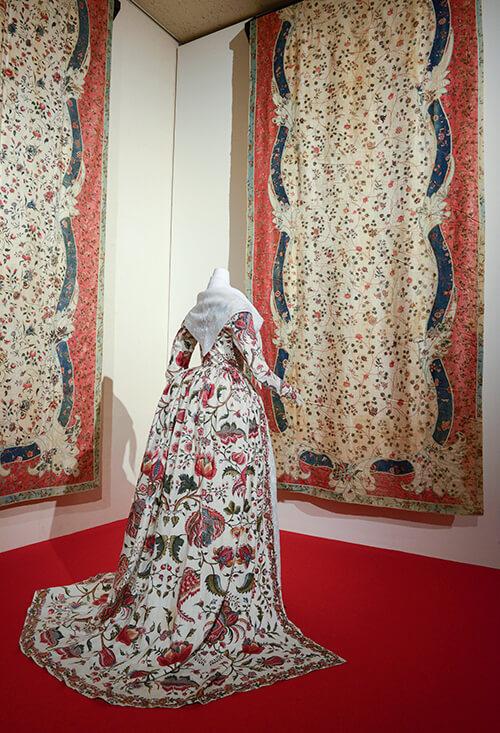 「更紗の時代」展(2014年)、展示風景より、《白地草花文様更紗ドレス》インド、コロマンデル海岸か、1740年代公益財団法人 京都服飾文化財団所蔵
