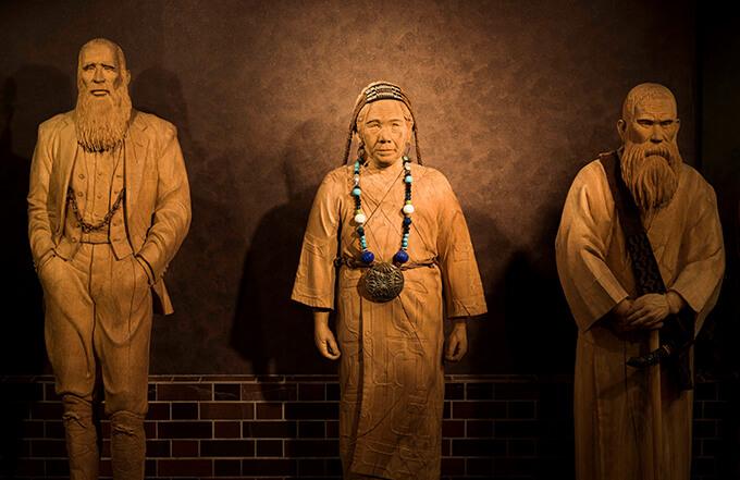 左から《日川善次郎像》1991年、《杉村フサ像》《川上コヌサ像》1993年、3点とも個人蔵、撮影:佐藤克秋