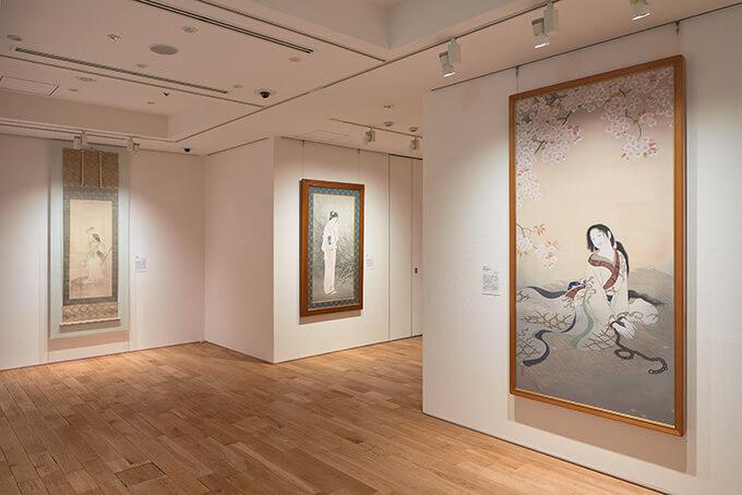 『コレクター福富太郎の眼』(2021年)の展示風景。写真左が梶田半古の作品。©Hayato Wakabayashi
