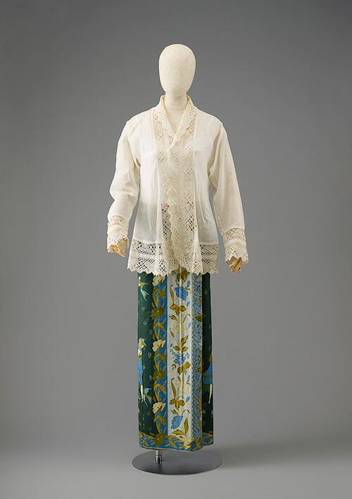 《クバヤ(ブラウス)》シンガポール 20世紀 リー・コレクション。2022年1月開催予定の企画展『シンガポールスタイル:1850−1950 リー・コレクションとクスマ・コレクションより』(仮称)で展示されるクバヤと呼ばれるブラウスとサロンと呼ばれるバティックのスカートを組み合わせたプラナカン女性のファッション。