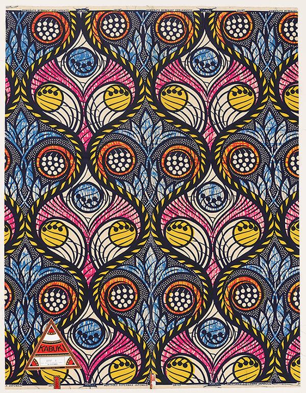 「インカ・ショニバレCBE: Flower Power」で参考展示された《植物文様スーパーワックスプリント》西澤株式会社デザイン、山陽染工株式会社製造 1993年 福岡市美術館蔵。アフリカンプリントはプリント綿布専門の輸出専門商社により日本でも作られていた。