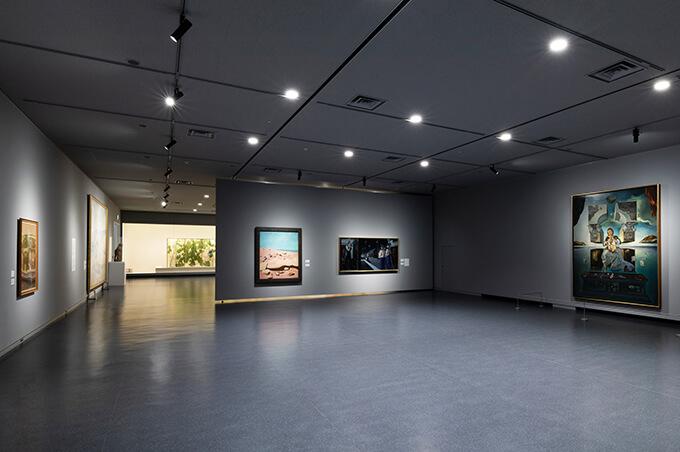 近現代美術室Aにはサルバドール・ダリの《ポルト・リガトの聖母》(写真右)など福岡市美術館を代表する所蔵作品が展示されている。Photo : Shintaro Yamanaka(Qsyum!)