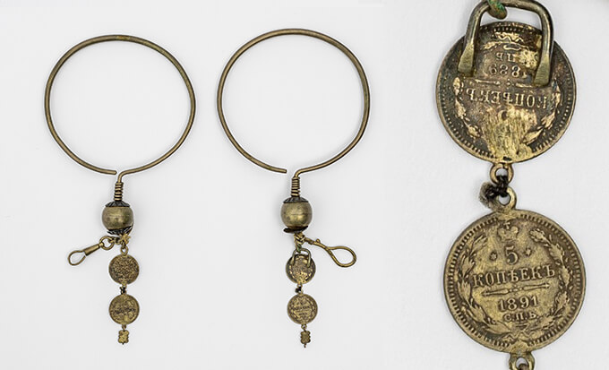 《耳飾(ニンカリ)》 20世紀 早稲田大学會津八一記念博物館※右側は、《耳飾(ニンカリ)》の部分。ロシアの通貨コペイカが使われているの部分を拡大した画像です。