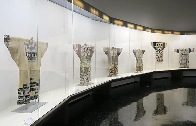 渋谷区立松濤美術館 地下1階展示室 展示風景「アイヌの装いとハレの日の着物 ―国立アイヌ民族博物館の開館によせて」が開催中。2021年6月26日(土)から8月9日(月・振)まで