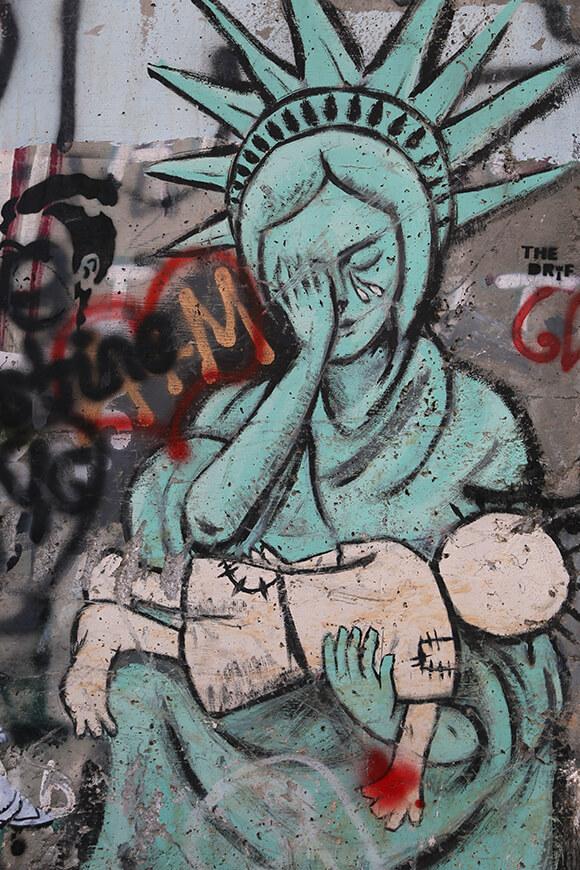 「パレスチナのピエタ」自由の女神がハンダラを抱き嘆く。The Walled Off Hotel の目と鼻の先に描かれていた / ベツレヘム
