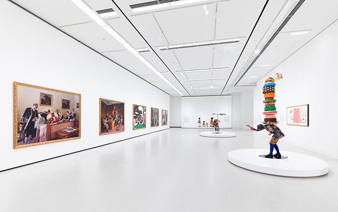 「インカ・ショニバレCBE: Flower Power」(2019年)の展示風景。英国を代表する現代美術家の彫刻やインスタレーション、写真などを網羅する日本初の個展となった。Photo : Shintaro Yamanaka(Qsyum!)