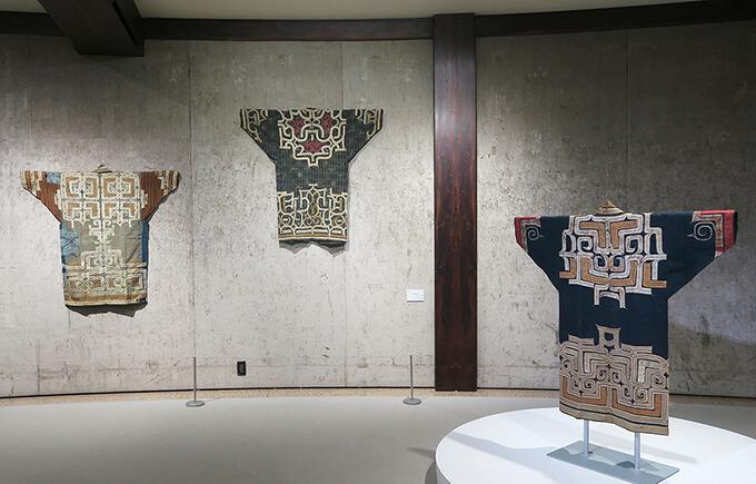 渋谷区立松濤美術館 2階展示室 展示風景「アイヌの装いとハレの日の着物 ―国立アイヌ民族博物館の開館によせて」が開催中。2021年6月26日(土)から8月9日(月・振)まで