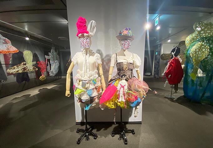 そごう美術館「森に棲む服/forest closet ひびのこづえ展」 「ARで服が動く森」展示風景衣装についたQRコードをスマホで読み取ると、ダンサーがその衣装を身に着けて踊る様子が映像で観られる。