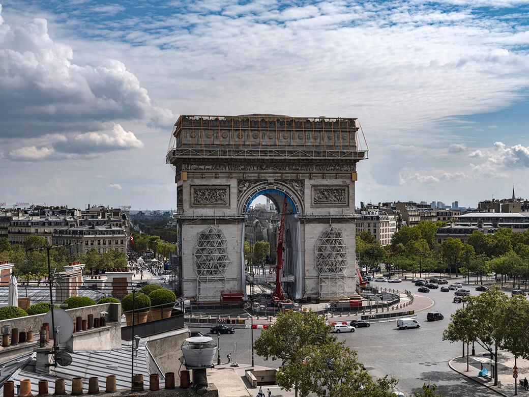 凱旋門の内壁面に布製パネルを設置 2021年9月4日(パリ)Photo: Wolfgang Volz © 2021 Christo and Jeanne-Claude Foundation