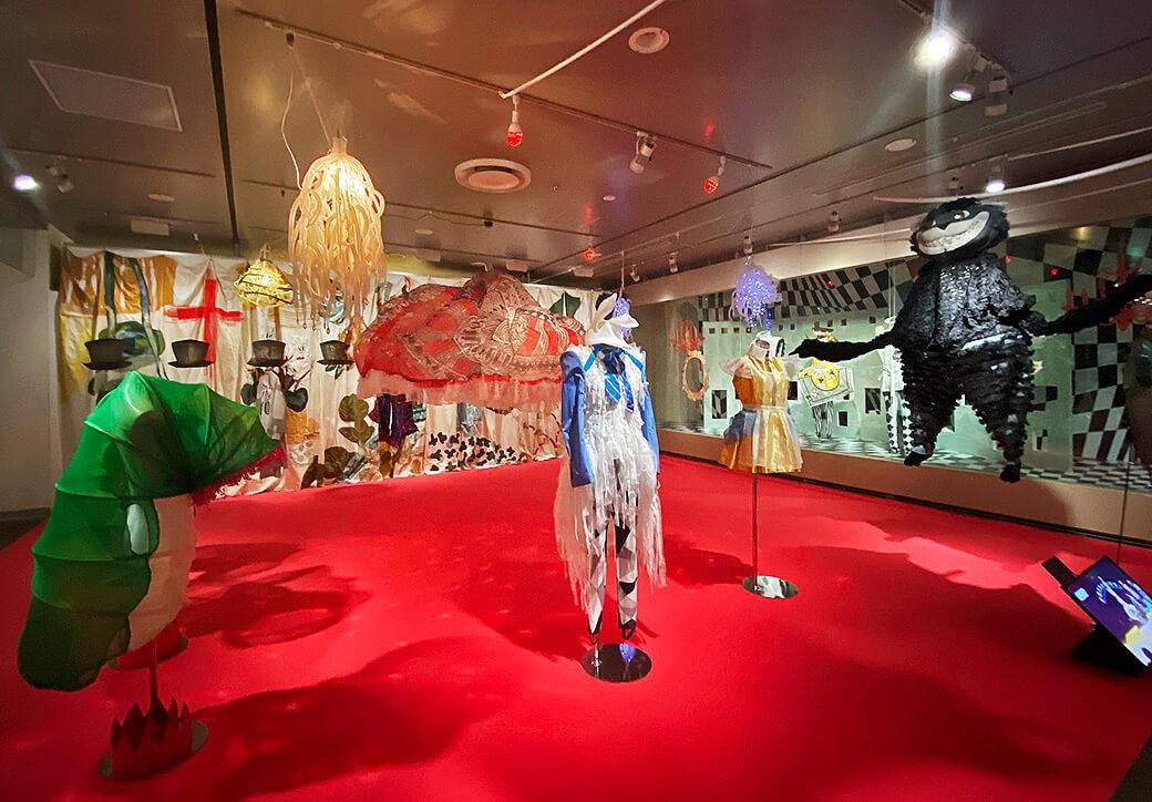 そごう美術館「森に棲む服/forest closet ひびのこづえ展」会場風景(2021年10月10日まで開催)