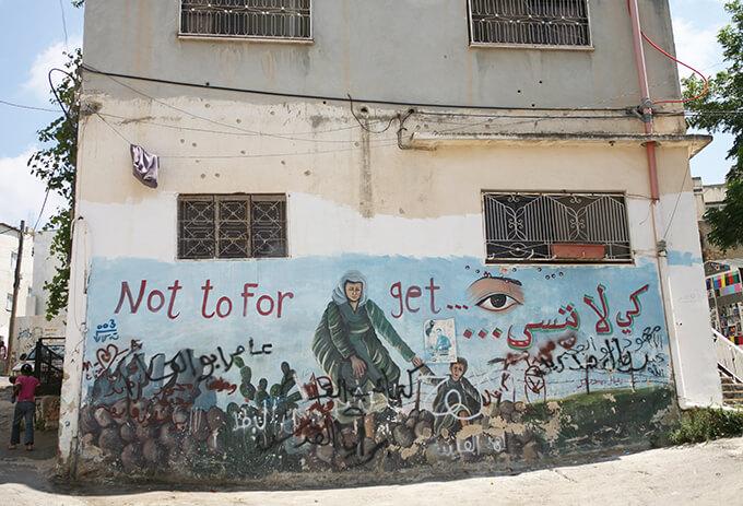 故郷を奪われ難民となったことを「忘れないために」、虐殺事件があったことを「忘れないために」描かれた壁画 / ジェニン難民キャンプ