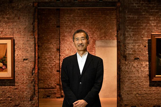 東京ステーションギャラリーの展示室にて。冨田章館長Photo : Yoshiaki Tsutsui