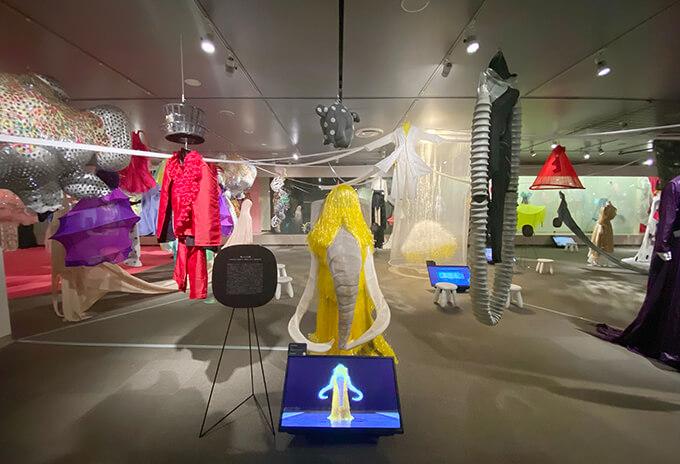 そごう美術館「森に棲む服/forest closet ひびのこづえ展」会場風景(2021年10月10日まで開催)ダンスパフォーマンス「MAMMOTH」の映像と衣装の展示