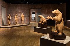 「じっと木を見ていると、中から姿が出てくる」天才木彫り職人、藤戸竹喜の技に迫る / 「木彫り熊の申し子 藤戸竹喜 アイヌであればこそ」内覧会レポート